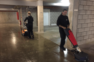 Machinaal reinigen van parkeergarages